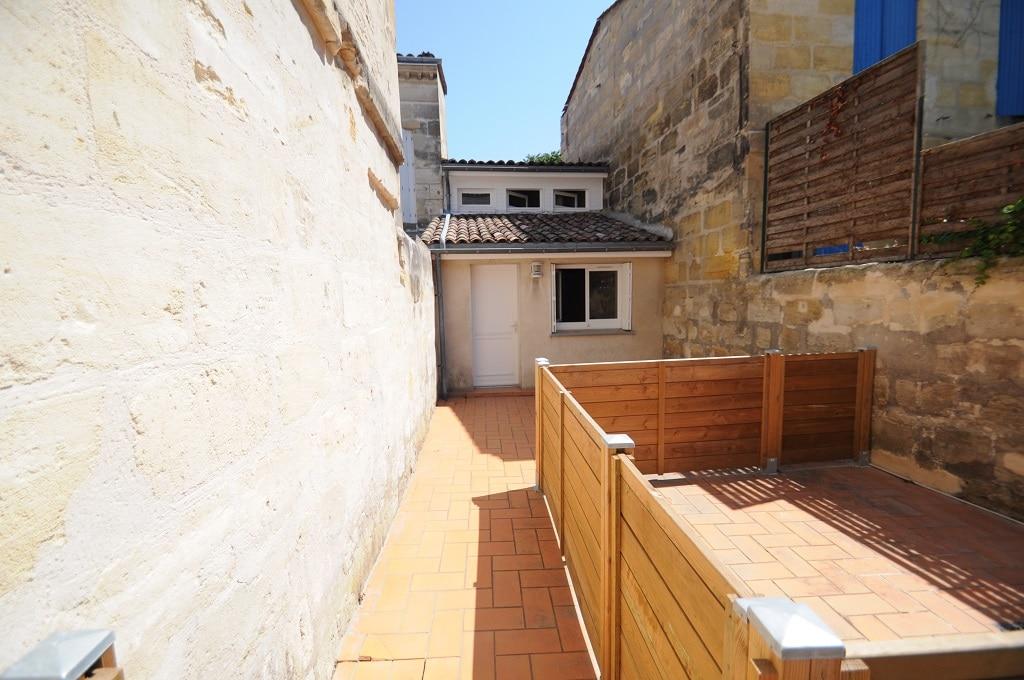L'appartement, en fond de cour avec un extérieur aménageable.